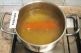 Шаг 4. Вскипятить бульон, опустить в него морковь и варить до ее готовности.