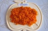 Шаг 3. Натереть морковь на мелкой терке.