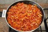 Шаг 6. Нарезать кубиками копченую грудинку и колбасу. Добавить их к овощам. Пере