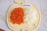 Шаг 3. Очистить и помыть морковь и лук. Порезать их небольшими кубиками.