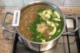 Шаг 5. Заправить в конце варки суп измельченным чесноком и томатной пастой, доба