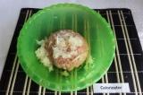 Шаг 4. К фаршу добавить измельченный лук, посолить и поперчить по вкусу. Вымешат
