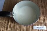 Шаг 1. Молоко налить в сотейник и поставить на малый нагрев, не доводя до кипени