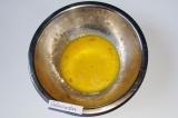 Шаг 1. В миске слегка взбить яйца.
