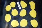 Шаг 6. Выложить на противень чайной ложкой будущие лепестки розочки. Поставить