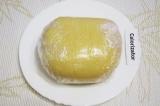 Шаг 3. Замесить мягкое тесто. Завернуть его в пищевую пленку. Убрать в холодильн