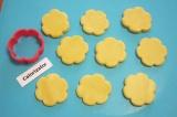 Шаг 4. Охлажденное тесто раскатать в круг толщиной 5 мм. Формочкой большого диам