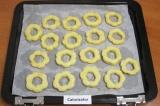Шаг 7. Верхние части печенья смазать взбитым яйцом и посыпать сахаром. Выпекать
