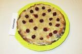 Шаг 11. Сборка торта: на первый корж выложить слой крема, посыпать орехами, выло