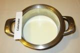 Шаг 6. Крем: молоко смешать с половиной сахара, ванилином и поставить на огонь.