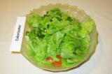 Шаг 7. Сверху порвать листья салата.
