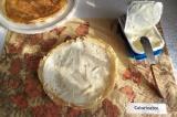 Шаг 3. Блинчики смазать плавленым сыром.
