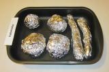 Шаг 1. Овощи, не очищая, завернуть в фольгу и запечь в духовке в течение 1 часа.