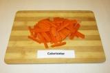 Шаг 3. Морковь нарезать брусочками.