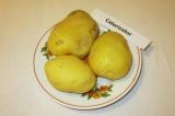 Шаг 3. Картофель отварить в мундире. Остудить и почистить.
