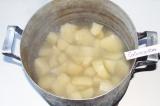 Шаг 1. Картофель очистить и поставить вариться.
