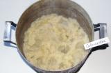Шаг 4. Слить воду с отваренного картофеля и растолочь его.