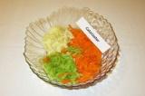 Шаг 4. Сложить в салатницу яблоко, морковь и редьку.