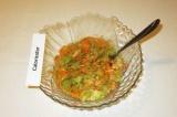 Шаг 6. Добавить чеснок к салату, заправить соком лимона, посолить и перемешать.