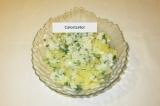 Шаг 6. Посолить, заправить сиропом из под ананасов, перемешать.