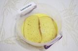 Шаг 3. Обмакнуть в яичную смесь ломтики хлеба.