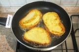 Шаг 4. Разогреть на сковороде растительное масло и обжарить до румяной корочки