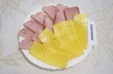 Шаг 5. Нарезать сыр и ветчину тонкими полосками.