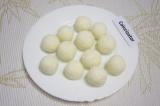 Шаг 4. Скатать из этой массы небольшие шарики размером с грецкий орех.
