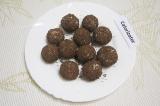 Шаг 6. Обвалять творожные шарики в шоколаде и поставить их на 20 минут в морозил