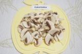 Шаг 3. Помыть и обсушить грибы. Порезать их пластинками.