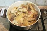 Шаг 4. Соединить курицу с грибами в сотейнике или в глубокой сковороде. Посолить