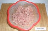 Шаг 2. Филе индейки порезать небольшими кубиками.