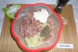 Шаг 4. К филе добавить сметану, обжаренный лук, черный молотый перец, тимьян, со