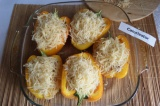 Шаг 7. Достать перцы из духовки, присыпать тертым сыром и отправить еще на 15 ми
