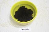 Шаг 2. Промыть чернослив. Замочить его на 30 минут в теплой воде.