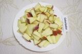 Шаг 4. Помыть яблоки и удалить семена. Нарезать небольшими пластинками.