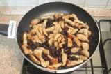 Шаг 6. К обжаренному мясу добавить чернослив и готовить 3-4 минуты.