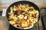 Шаг 7. В конце добавить яблоки, перемешать и тушить 15-20 минут под крышкой.
