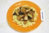 Готовое блюдо: свинина с яблоками и черносливом