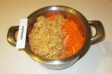 Шаг 5. Сложить яблоки и морковь в кастрюлю.