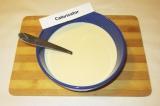 Шаг 1. Смешать концентрированное молоко и сгущенное молоко.