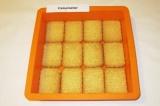 Шаг 3. На дно формы выложить слой печенья.