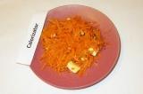 Готовое блюдо: корейская морковь с сыром и орехами