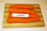 Шаг 1. Морковь вымыть и очистить.