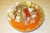 Шаг 6. Выложить на морковь сыр, орехи, все специи.