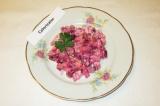 Готовое блюдо: салат из свеклы и картофеля