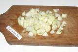 Шаг 2. Нарезать мелкими кубиками лук и положить к капусте.