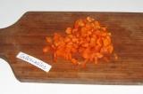Шаг 4. Морковку тоже мелко нарезать и потушить с другими овощами 20-30 минут