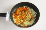 Шаг 9. Обжарить лук и морковь на растительном масле.