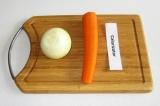 Шаг 6. Лук и морковь почистить.